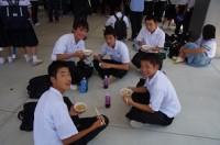ちゃんこ鍋で笑顔の中学生