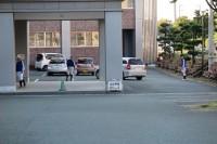 外では野球部が車の誘導