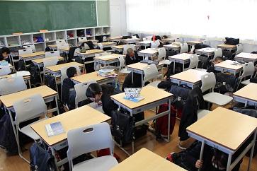 教室での様子。警報から約1分間、机の下に身を隠しました。