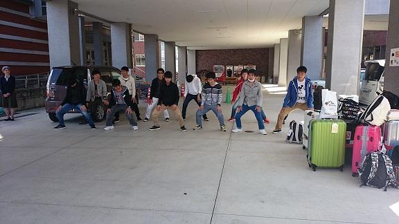 ハカを披露する生徒たち