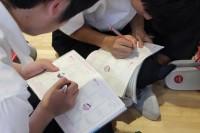 早速手帳を活用する生徒たち