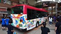 カラフルに彩られたバス