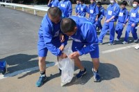 ゴミを拾う生徒