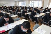 試験を受ける生徒