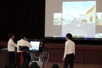 生徒がシュミレーターで運転しました。