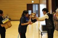 優勝杯が小佐井会長より手渡されます